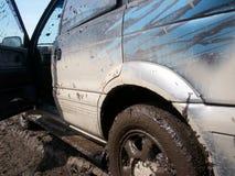 Schlammiges Auto mit schmutzigen Tropfen Lizenzfreie Stockbilder