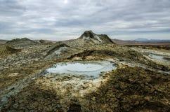Schlammvulkan in den Bergen Schlammvulkan am Nationalpark brechen aus stockbild