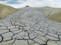 Schlammvulkan, der mit Schmutz, vulcanii Noroiosi in Buzau, Rumänien ausbricht lizenzfreie stockfotos