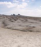 Schlammvulkankegel und trockenes Land Stockfotos