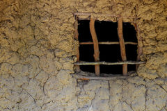 Schlammwände und Fenster einer afrikanischen Hütte Stockbild