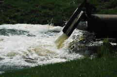 Schlammwasser vom Rohr Lizenzfreie Stockbilder