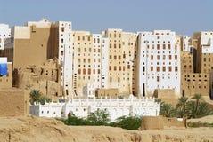 Schlammziegelsteinturm bringt Stadt von Shibam, Hadramaut-Tal, der Jemen unter Stockfoto