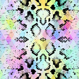 Schlangenhautbeschaffenheit mit farbiger Raute Geometrischer Hintergrund Purpurroter blauer gelber Hintergrund des nahtlosen Must Lizenzfreie Stockfotografie