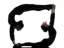 Schlangenmensch mit zwei Frauen, der gymnastisches Yoga ausübt Lizenzfreies Stockbild