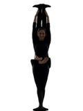 Schlangenmensch mit zwei Frauen, der gymnastisches Yogaschattenbild ausübt Lizenzfreie Stockbilder