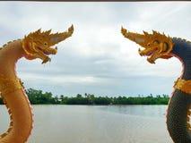Schlangenskulptur mit Knall Pakong-Fluss auf dem blauen Himmel stockfoto