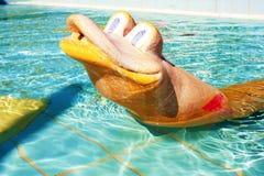 Schlangenspielzeug im Pool für Kinder Stockfotografie
