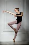Schlanke Mädchenballerina lizenzfreies stockfoto