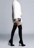 Schlanke weibliche Beine in den Stiefelstrümpfen Lizenzfreies Stockfoto
