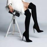 Schlanke weibliche Beine in den Stiefelstrümpfen Lizenzfreie Stockfotografie