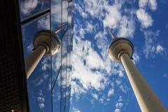 Schlanker Fernsehturm von Berlin in Alexanderplatz an einem bewölkten Tag stockfotos