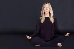 Schlankes athletisches der schönen sexy blonden Konstitution der jungen Frau Stockfotos
