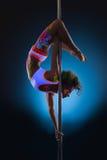 Schlankes Tanzen der jungen Frau auf Pfosten Lizenzfreie Stockbilder