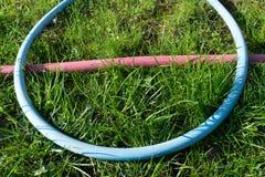 Schlauch auf dem Gras Stockfoto