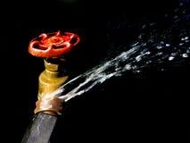 Schlauch-Hahn-Verbindung, die Wasser leckt und spritzt Lizenzfreies Stockbild