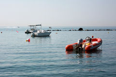 Schlauchboot auf dem Wasser Lizenzfreies Stockbild