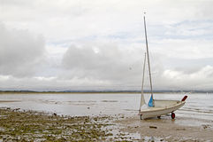 Schlauchboot auf Strand Lizenzfreie Stockfotos