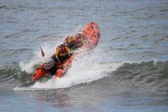 Schlauchboot, das gegen Wellen in der Nordsee läuft Stockfotografie