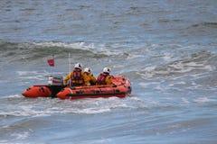 Schlauchboot, das gegen Wellen in der Nordsee läuft Stockfotos
