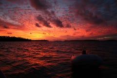 Schlauchboot im Sonnenuntergang Stockbilder