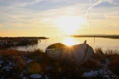 Schlauchboot im Sonnenuntergang so schön Lizenzfreie Stockfotos