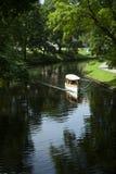 Schlauchboot in pilsetas kanals Stadtteich an einem Sommertag, Riga, Lettland lizenzfreies stockbild