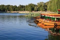 Schlauchbootdock auf dem See Stockfotografie