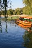 Schlauchbootdock auf dem See Lizenzfreies Stockfoto