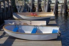 Schlauchboote auf einem Schwimmdock Stockfotos