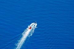 Schlauchbootverschiebung auf simuliertem Fluss Lizenzfreies Stockfoto