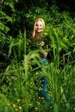 Schlaue Blondine im Wald Lizenzfreies Stockbild