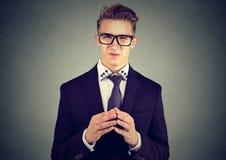 Schlauer Geschäftsmann in den Gläsern, die mit Ekel Kamera betrachten lizenzfreies stockfoto