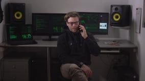 Schlauer Mann in Gläser ragovarivaet am Telefon mit Ihrem Kunden Er erklärte den Kosten einer Teilnahme ist seine Arbeit stock video footage