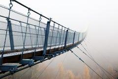 Schlechte Aussichten - Hängebrücke im Nebel stockbild