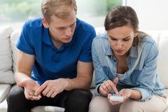 Schlechte Heirat, die Geld zählt Stockbilder