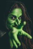Schlechte Hexe, die einen Fluch wirft Lizenzfreies Stockfoto