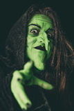 Schlechte Hexe, die einen Fluch wirft Stockbild