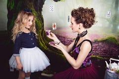 Schlechte Königin bietet Alice ein Tasse Tee an stockfoto