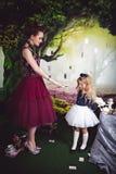 Schlechte Königin, die heraus ihre Hand mit Bürste zu Alice hält lizenzfreies stockbild