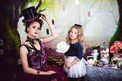 Schlechte Königin und Alice, die Weißrose hält lizenzfreies stockbild