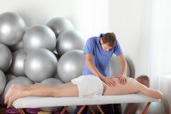 Schlechte Lage des Masseurs während der Massage Lizenzfreies Stockfoto