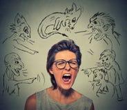 Schlechte Männer, die auf betonte frustrierte schreiende Frau zeigen Lizenzfreie Stockfotos
