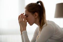 Schlechte Nachrichten umgekippten weiblichen Hörens des Gefühls defekten lizenzfreie stockfotos