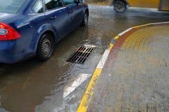 Schlechte Reparatur von Straßen Nach dem Regen läuft das Wasser nicht in den Abwasserkanal aus Stockfoto