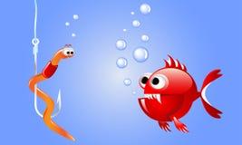 Schlechte rote Fische der Karikatur, die einen Wurm auf einem Fischereihaken Underwater mit Blasen betrachten Stockfotos