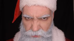 Schlechte Santa Claus betrachtet verärgert die Kamera stock video