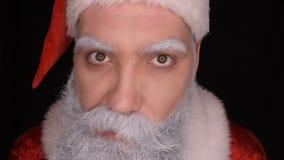 Schlechte Santa Claus verzieht Gesicht und erschrickt ein schreckliches Gesicht stock video footage