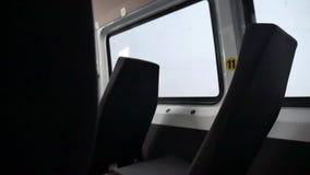 Schlechte Straße, die in einem Kleinbus rüttelt Erschütterungen in einem Taxi transportieren zuhause schreckliche Straße stock video