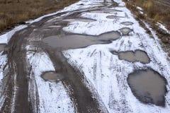 Schlechte Straße nach Sibirien im Schnee lizenzfreie stockfotografie